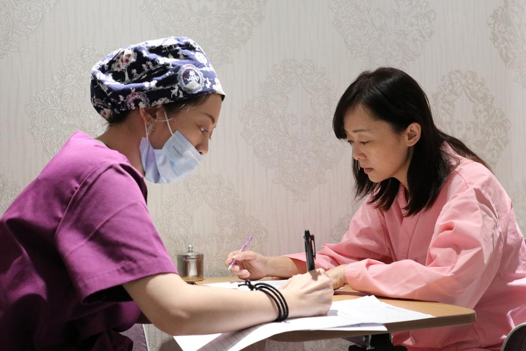 雙眼皮手術前,護理師衛教說明