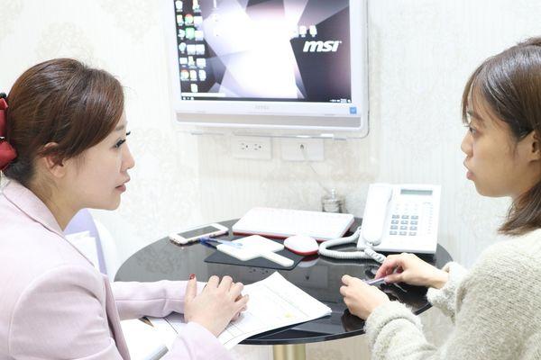 與諮詢師溝通,建議以玻尿酸填補蘋果肌、玻尿酸填補下巴的方式達到需求