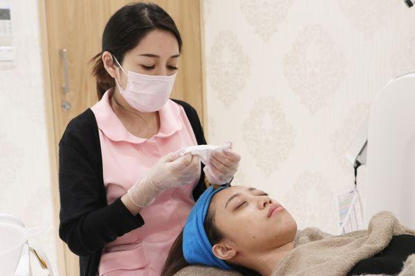 玻尿酸蘋果肌、玻尿酸下巴前,護理師會幫忙卸妝清潔