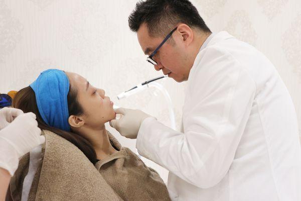 黃仁吳醫師施打玻尿酸下巴